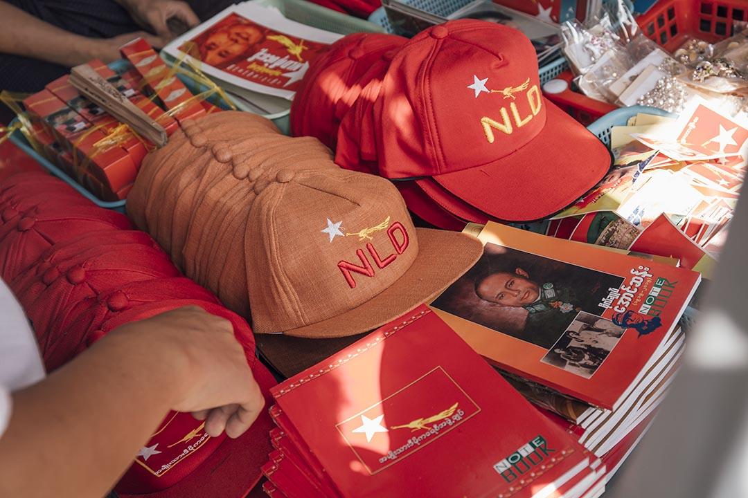 2015年11月4日,緬甸仰光,全國民主聯盟總部外有攤檔出售民盟的紀念品。攝:Anthony Kwan/端傳媒