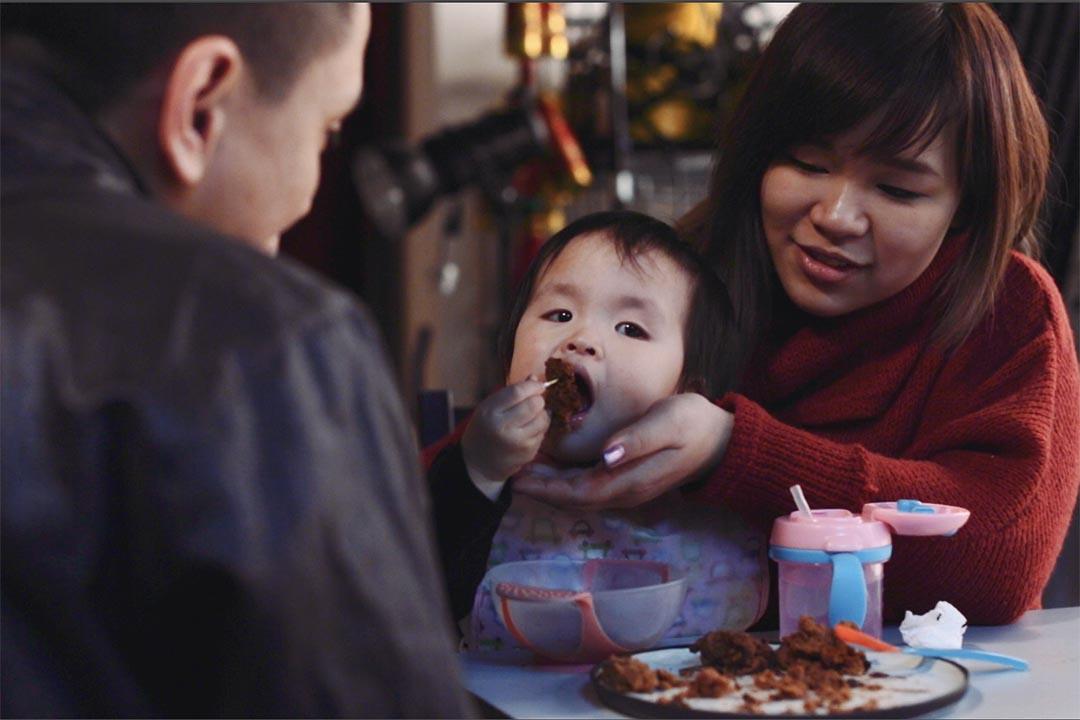年輕夫婦朱家樑和莫浩恩與其女兒雪雪。端傳媒攝影部