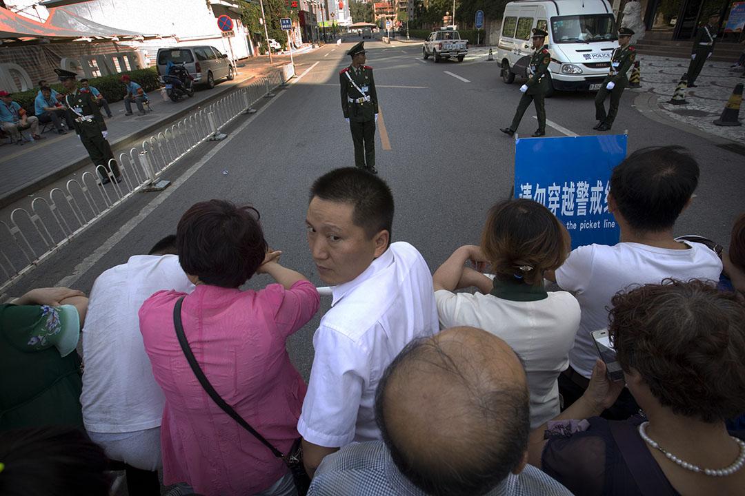 市民在警戒線外等待,希望能進入閱兵儀式現場。攝:Mark Schiefelbein/AP