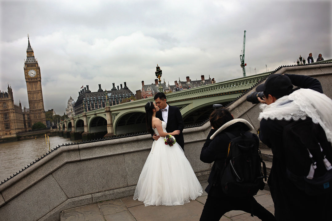 2015年10月19日,英國倫敦,一對華人情侶拍攝婚照。攝: Dan Kitwood/GETTY