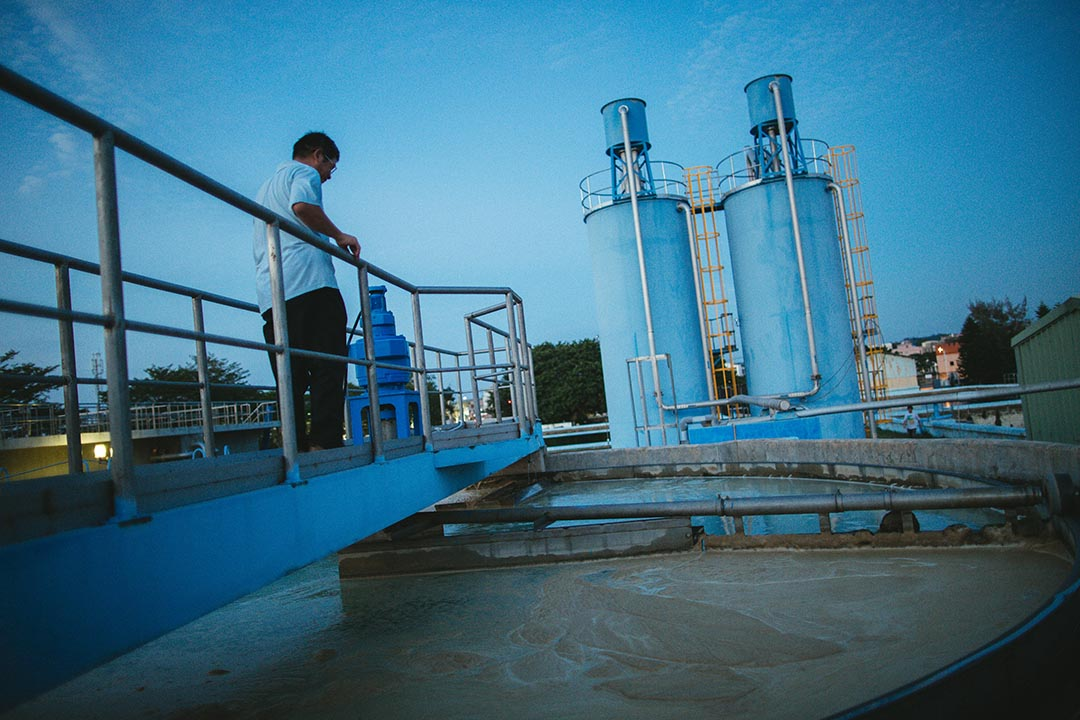 工人正在污水廠內檢測水質情況。攝:王嘉豪/端傳媒