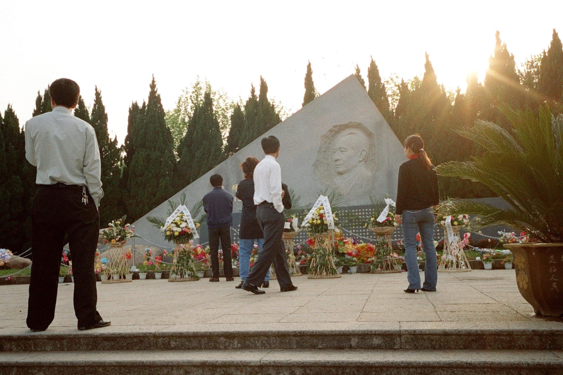 中國江西省,市民到前中共總書記胡耀邦墓園拜祭。攝:Benjamin Kang/REUTERS