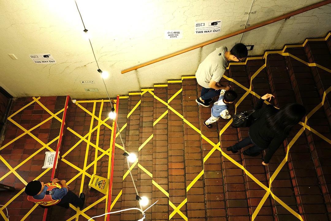 晚上10時半,港島南區置富,選民帶同小孩趕及在票站關門前投票。攝:Anthony Kwan/端傳媒