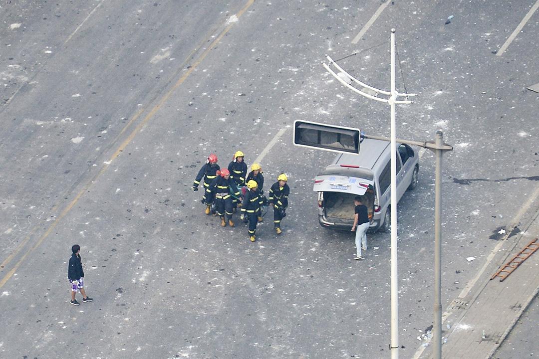 消防員運送一具遺體離開現場。