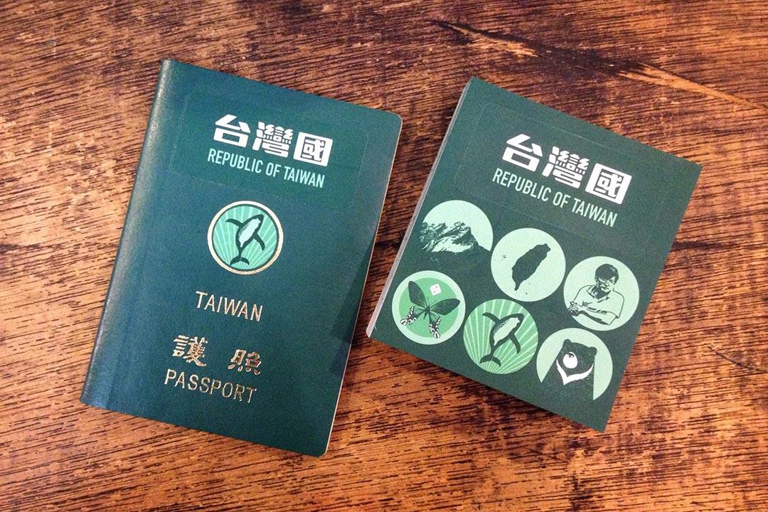 台灣民眾用貼紙改造的「台灣國」護照。陳致豪 Facebook 圖片。