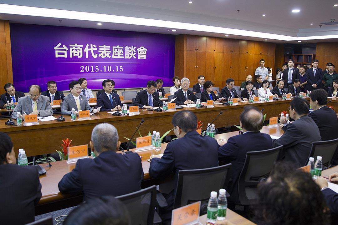 2015年10月15日,東莞,陸委會主委夏立言與廣東台商代表座談。攝:鐘智/端傳媒