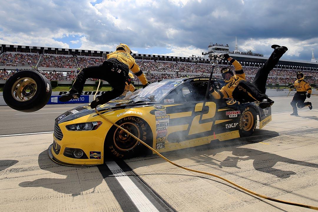 2015年8月2日,在美國波科諾賽車場舉行的斯卡斯普林特杯(Sprint Cup)比賽,賽車手布拉德(Keselowski)在維修道上撞到了兩名後勤維修人員。攝:Chris Trotman/Getty