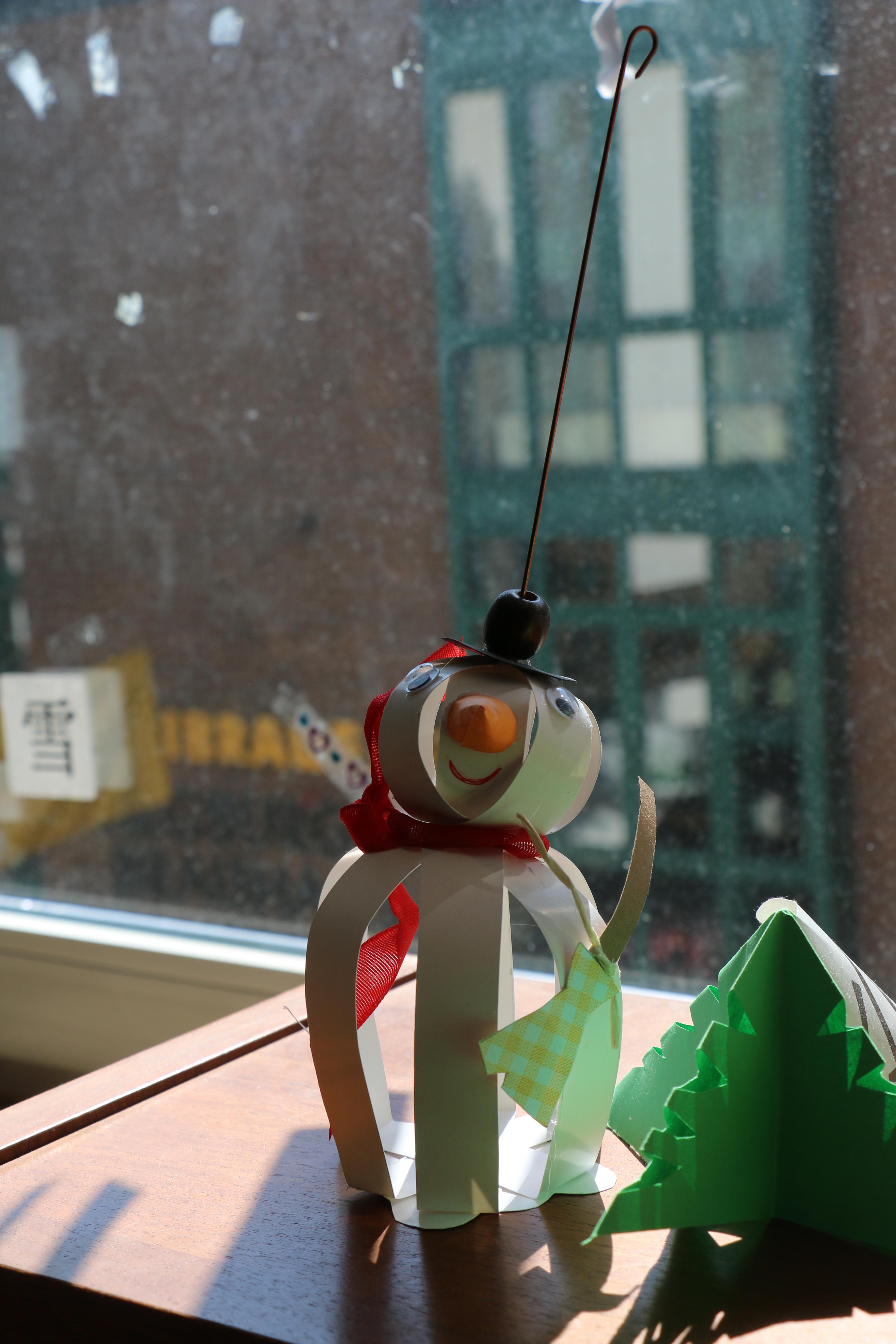 插畫:《雪人、聖誕樹和中文》,作者Ka(卡乎的女兒,在老師指導下製作)