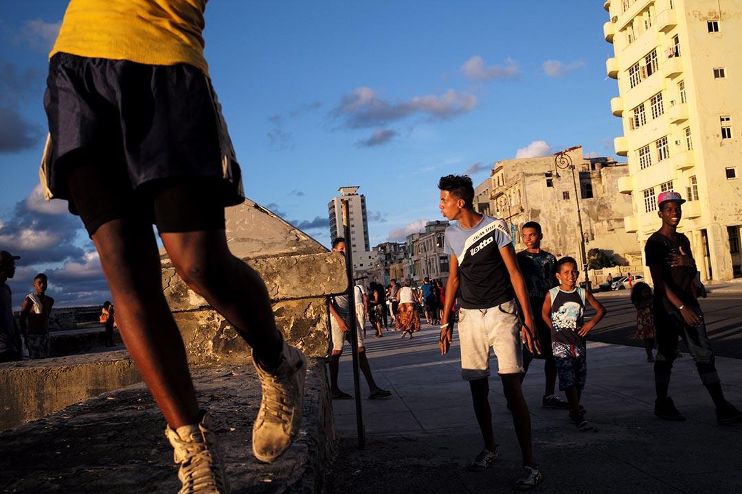 市民在馬雷孔海濱大道行走。攝 : Noah Friedman-Rudovsky/端傳媒
