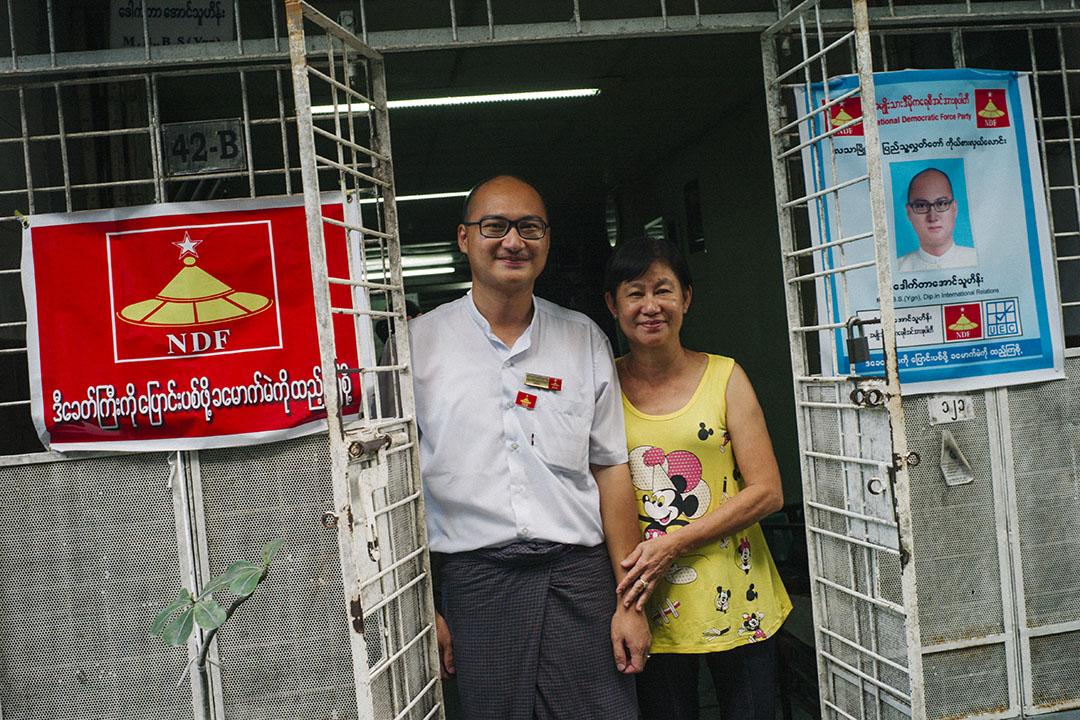 全國民主力量黨(NDF)華人Aung Thu Hein參選緬甸大選,圖為他和媽媽於舊居留影。 攝:葉家豪/端傳媒