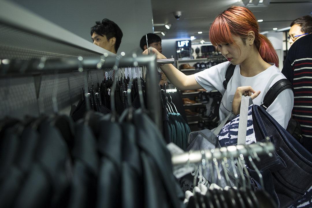 年輕人消費模式改變,從實體商鋪轉到網絡購物。圖為 H&M 銅鑼灣最新旗艦店。攝:羅國輝/端傳媒