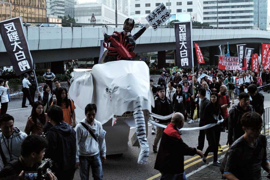 2016年1月1日,由多個團體及政黨發起的元旦遊行,要求「不要大白象工程」、「力爭養老金」及「梁振英下台」等訴求。攝:葉家豪/端傳媒