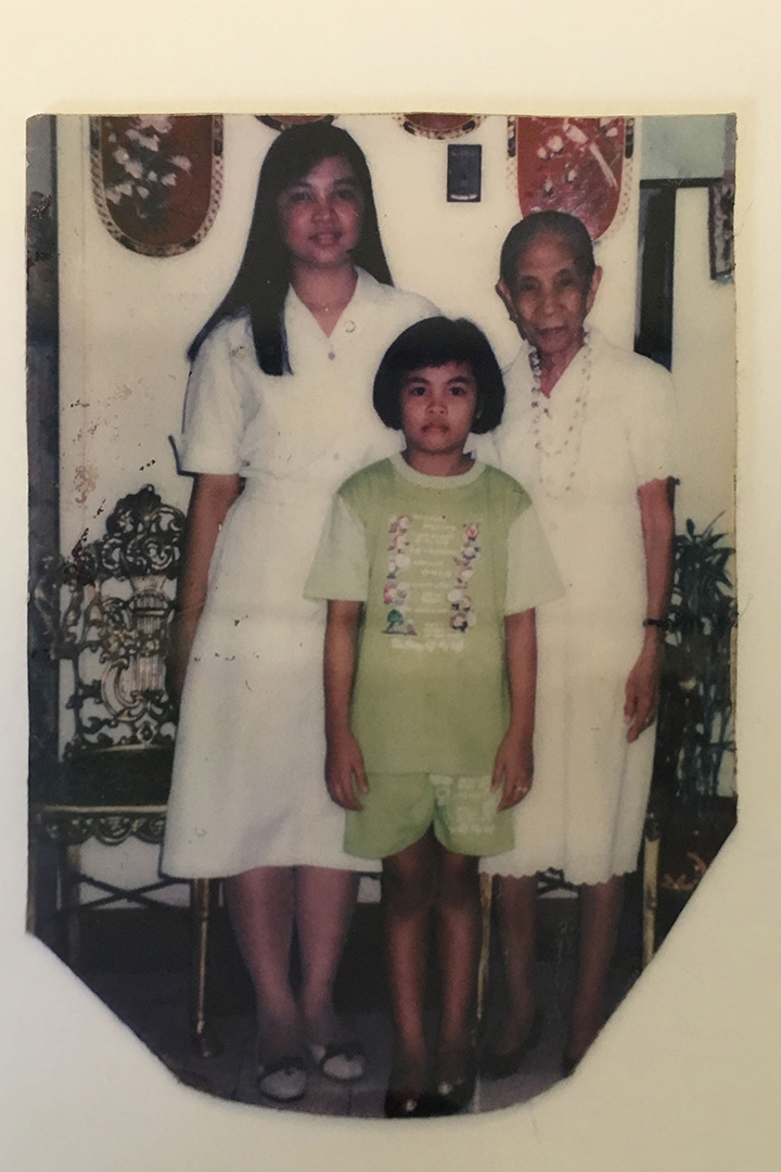 菲傭小時候:Kayla和姐姐、外婆的合照。相片由受訪者提供