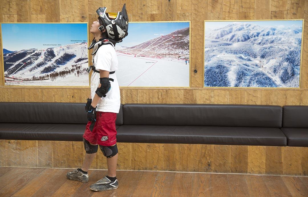 一名男孩觀看北京申辦2022年冬季奧運會的展覽。攝 : Ng Han Guan/AP