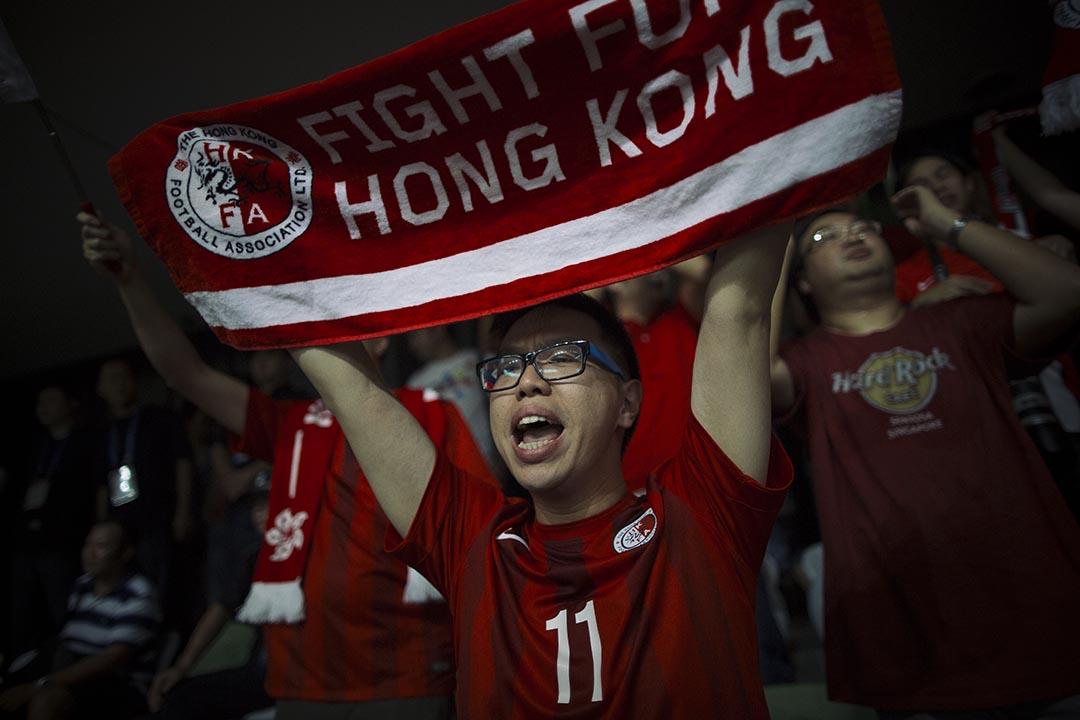 「香港力量」成員文立智高舉港隊打氣物品。 攝 : 葉家豪/端傳媒