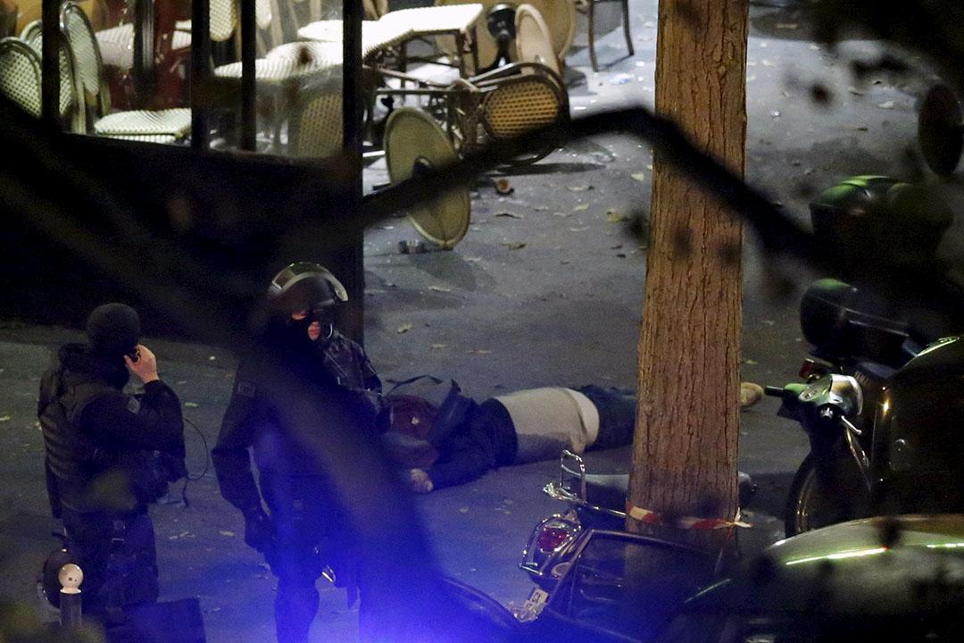 法國警察在一具屍體旁戒備。攝:Christian Hartmann/REUTERS