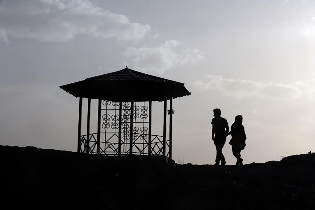 一名伊朗情侶在沙赫拉姆俯看德黑蘭。攝 : Atta Kenare/AFP
