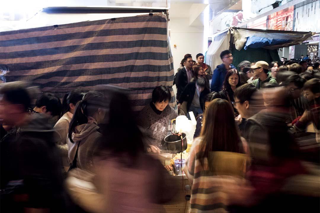 農曆新年期間旺角朗豪坊外有小販擺賣。攝:Anthony Kwan/端傳媒