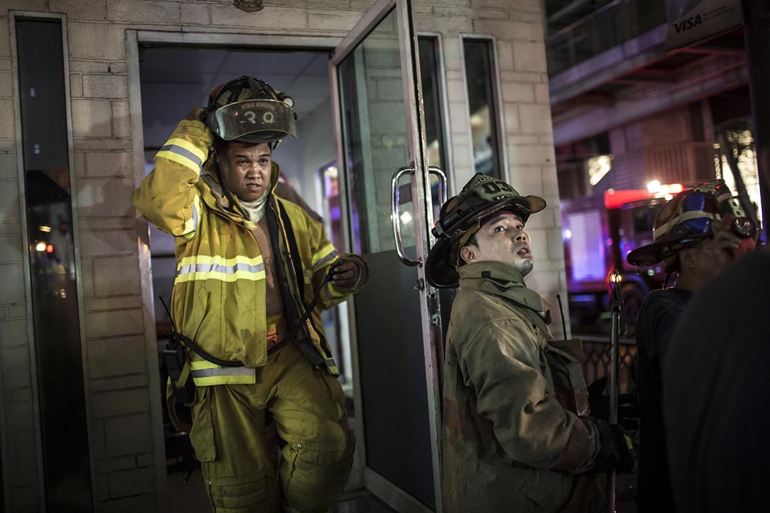 消防員在現場拯救傷者,爆炸造成最少18人死亡,100人受傷。