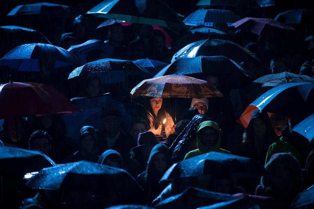 2015年11月14日,加拿大溫哥華,巴黎恐襲發生後世界各地有群眾舉行悼念集會。圖中的女士手持巴黎鐵塔模型並點上燭光哀悼死者。攝:Darryl Dyck/The Canadian Press via AP