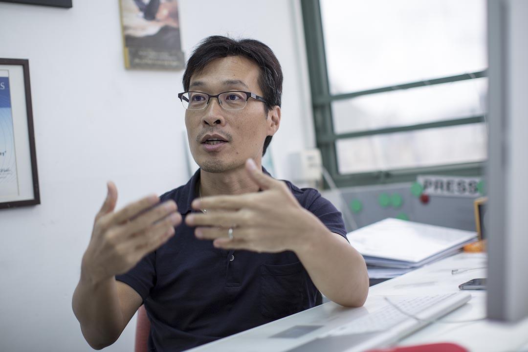 香港首間主打調查報導的民間通訊社FactWire,8月18日正式成立。圖為FactWire發起人吳曉東。攝:Jerome Favre/端傳媒