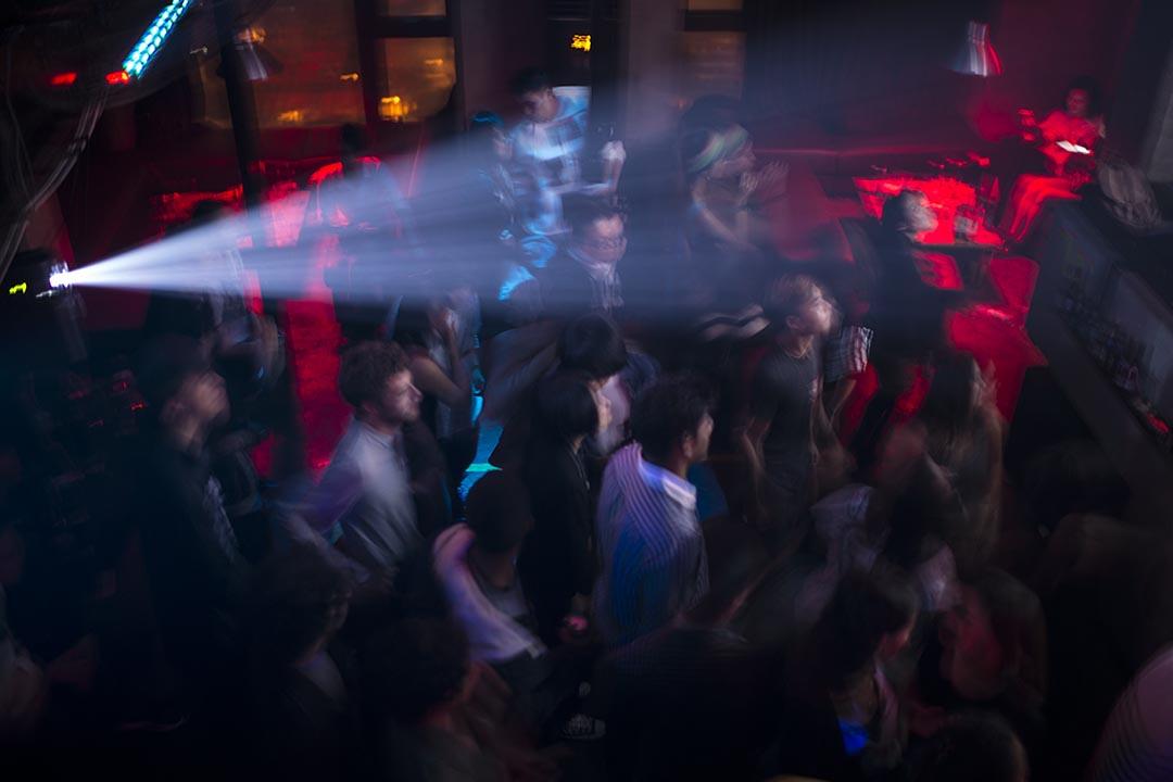 成都年輕人在保利頂樓的TAG酒吧。 攝:Yue Wu/端傳媒