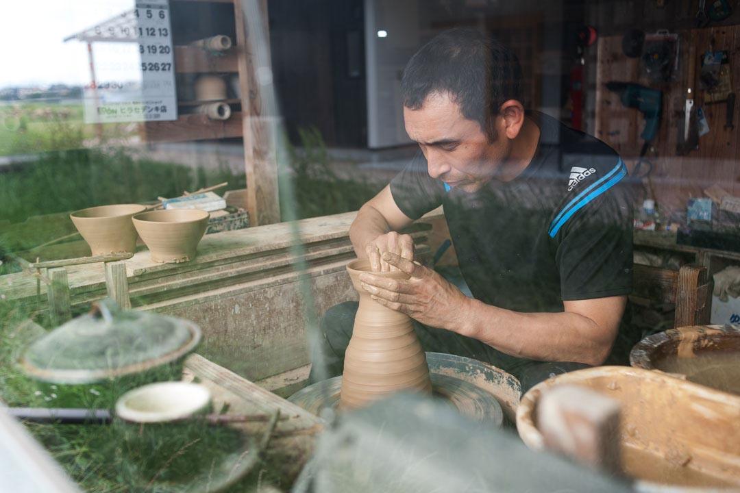 陶工們如同修行般,把自己褪去,把喜不喜歡都褪去,才能做出如此純淨、如此忠誠的器物。(攝:Kentaro Takahashi)