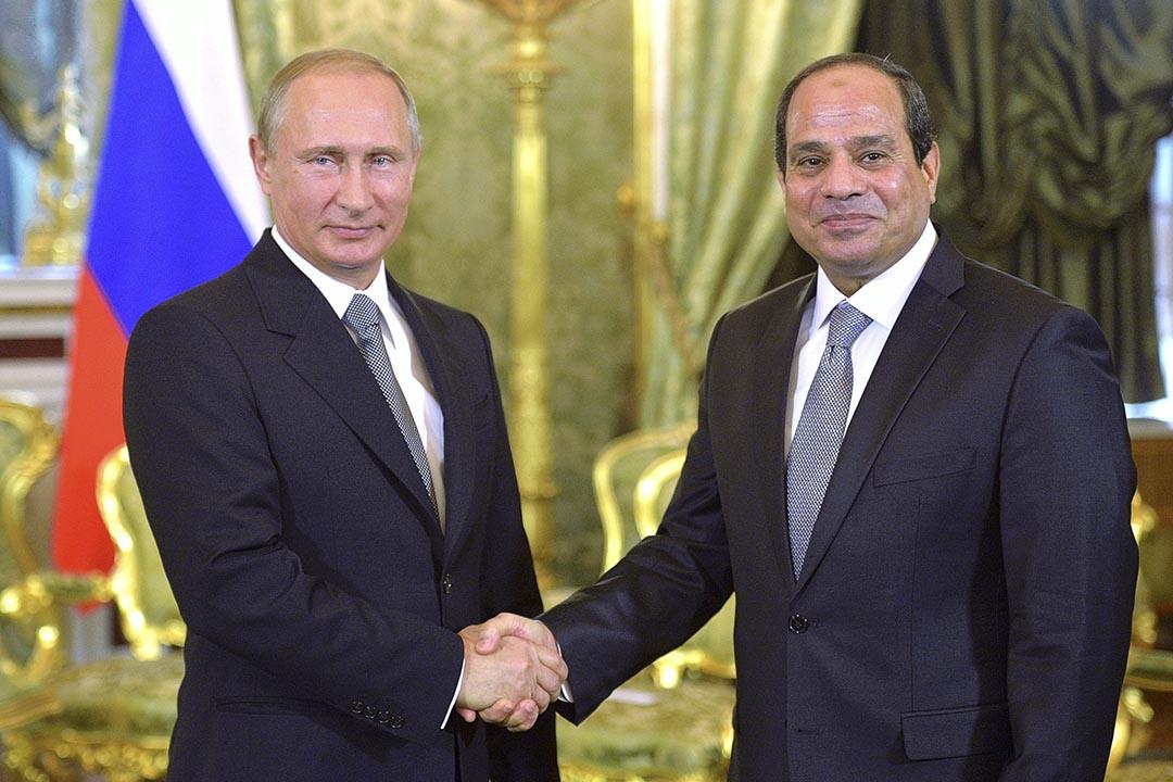 俄羅斯總統普京(Vladimir Putin)與埃及總統塞西(Abdel Fattah el-Sisi)握手。攝 : RIA NOVOSTI/REUTERS