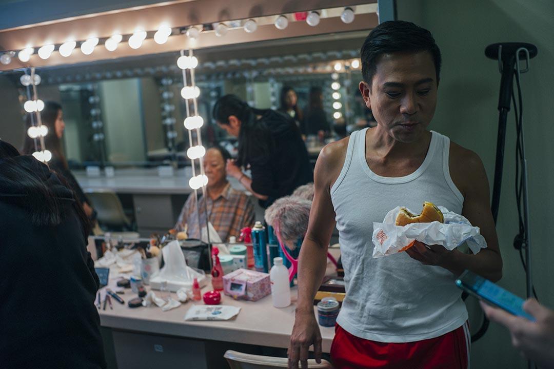 10月25日,中英劇團《相約星期二》後台,陳國邦與鍾景輝正在化妝。這天是香港演出最後一場。得知攝影師要到後台拍攝時,陳國邦提醒說上台前需醞釀情緒,暫不回答問題。攝:葉家豪/端傳媒