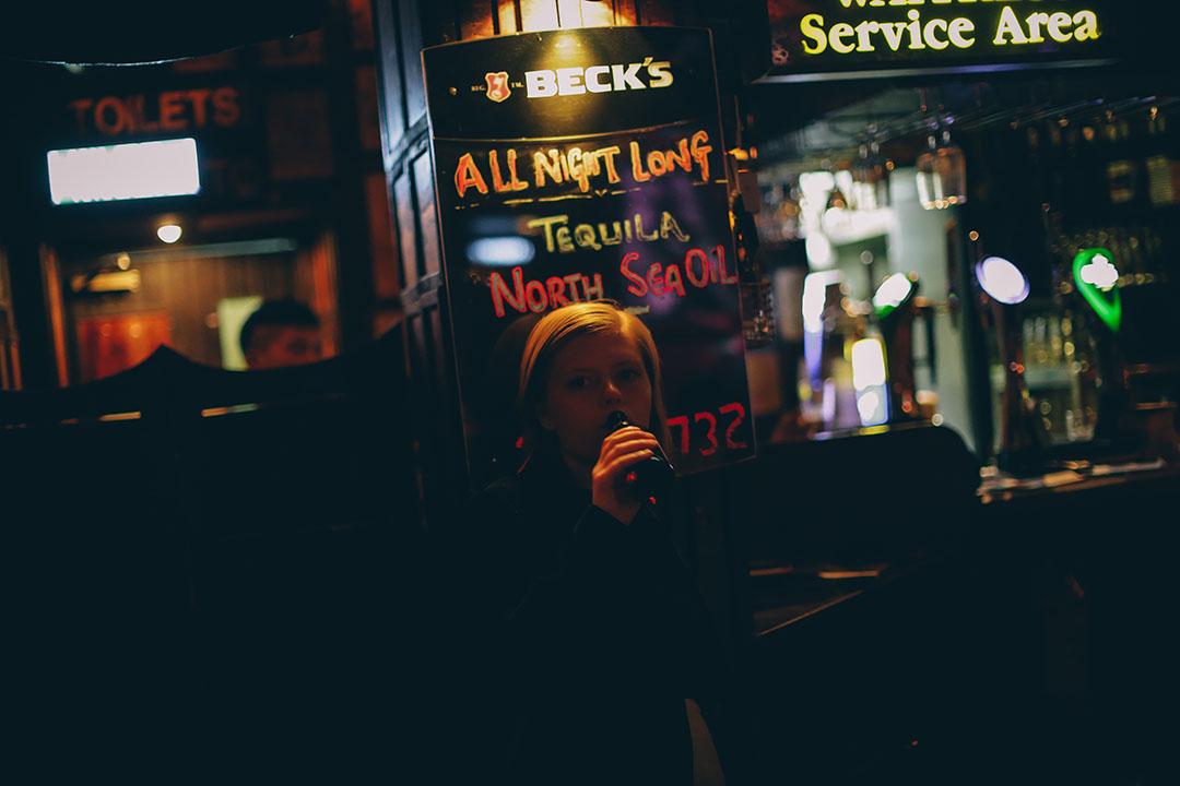 酒吧除了啤酒外,大家也可以從黑板上了解當晚的特別飲料。攝:王嘉豪/端傳媒