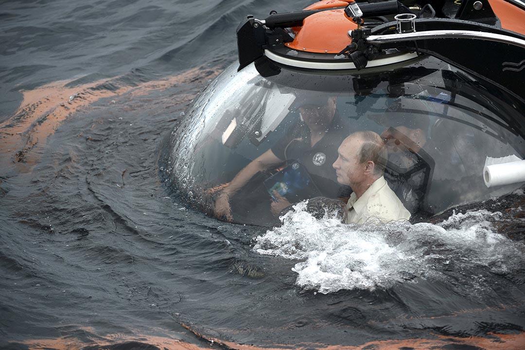 2015年8月18日,克里米亞塞瓦斯托波爾,俄羅斯總統普京乘坐C-Explorer豪華潛水艇下潛至黑海底部。攝:Alexei Nikolsky/RIA Novosti/REUTERS