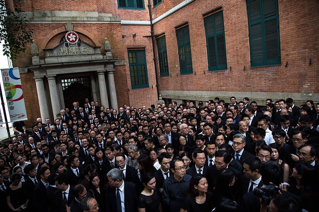 2014年6月27日,數百名法律界人士身穿黑衣靜默遊行至終審法院,促中央收回「一國兩制白皮書」。 攝: :Lam Yik Fei/GETTY