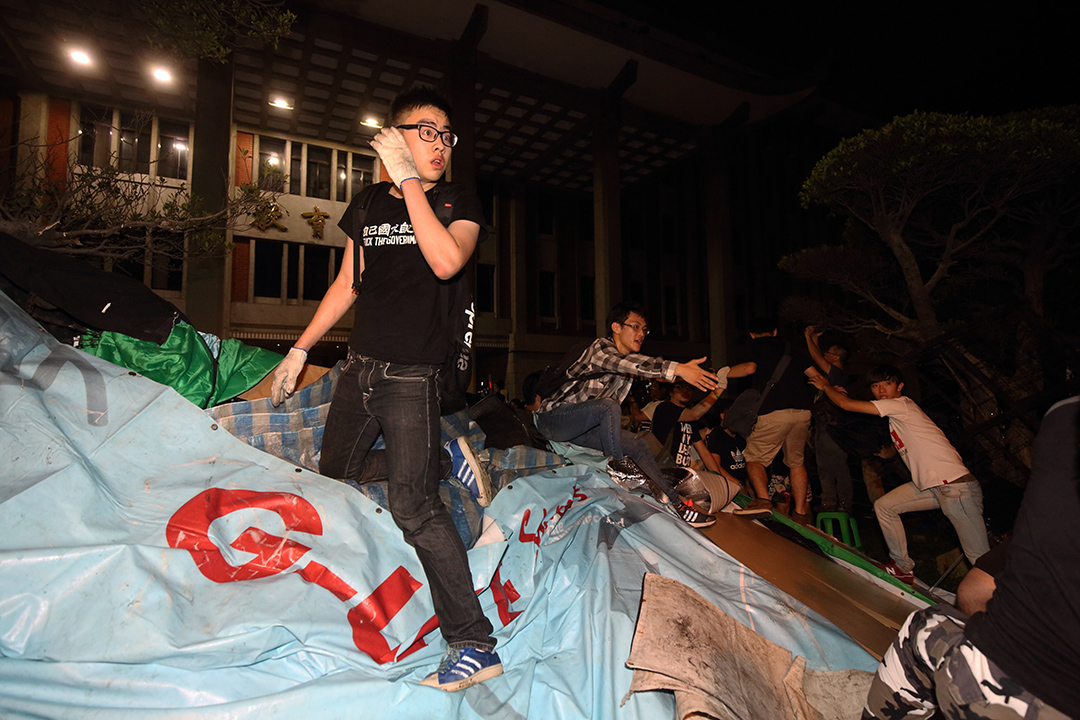 學生爬進教育部,在廣場示威。攝:張國耀/端傳媒
