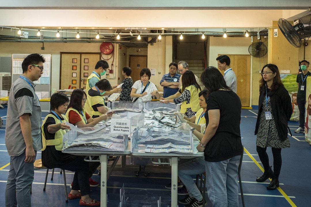 競爭最激烈的屯門樂翠選區正進行點票。攝:林亦非/端傳媒