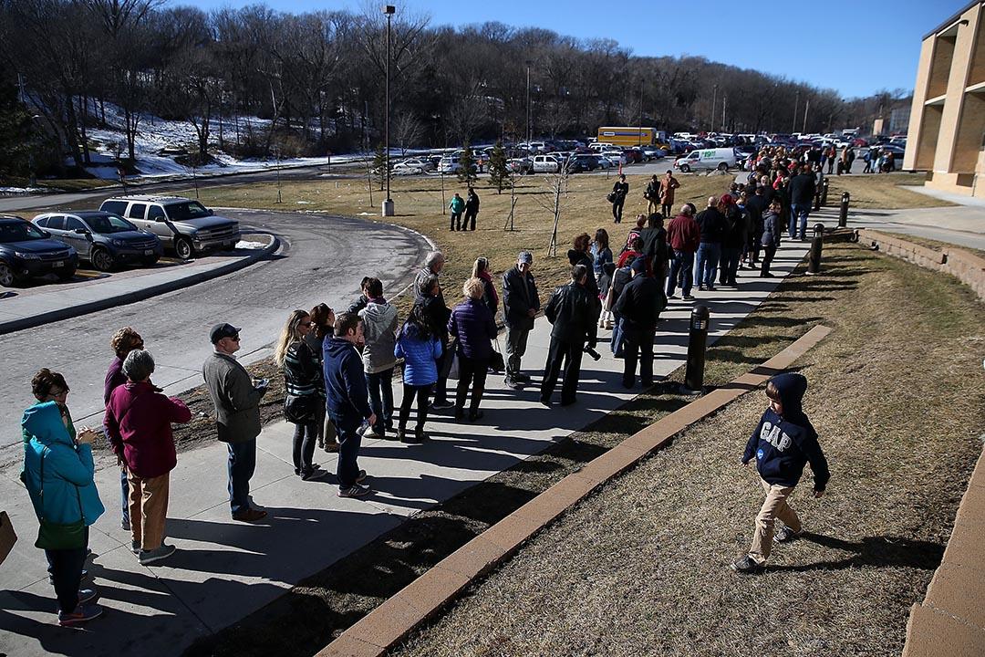 市民排隊進入希拉莉的預選活動。攝 : Justin Sullivan/GETTY