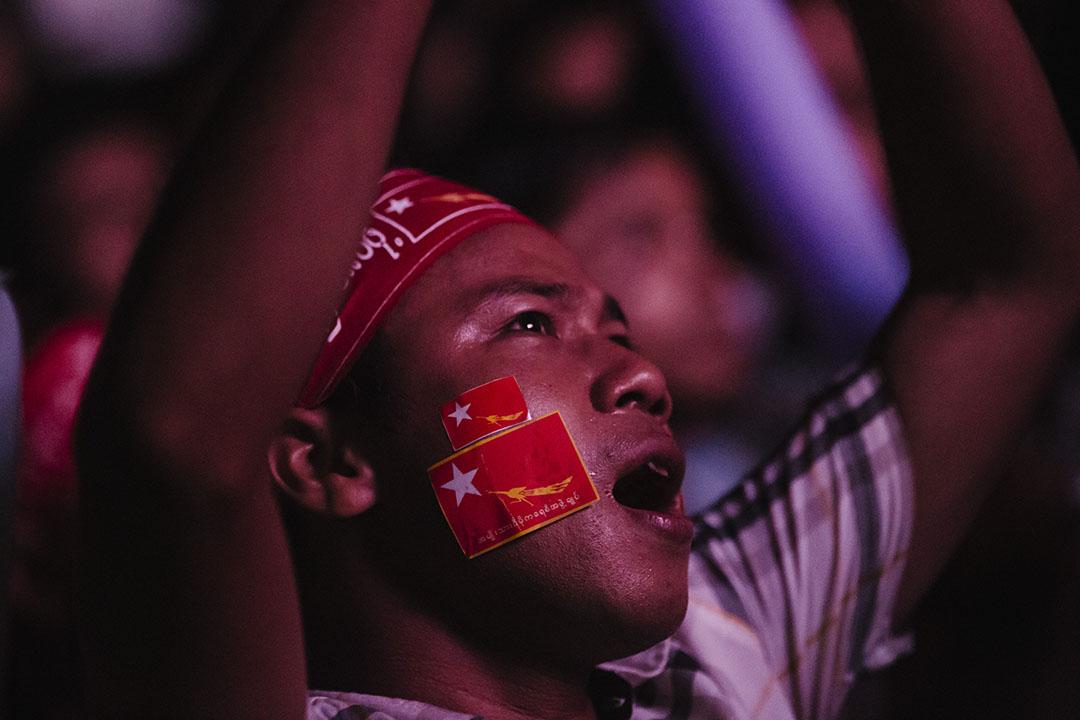 2015年11月9日,全國民主聯盟支持者於晚上到民盟總部集會慶祝選舉獲勝。攝:Anthony Kwan/端傳媒