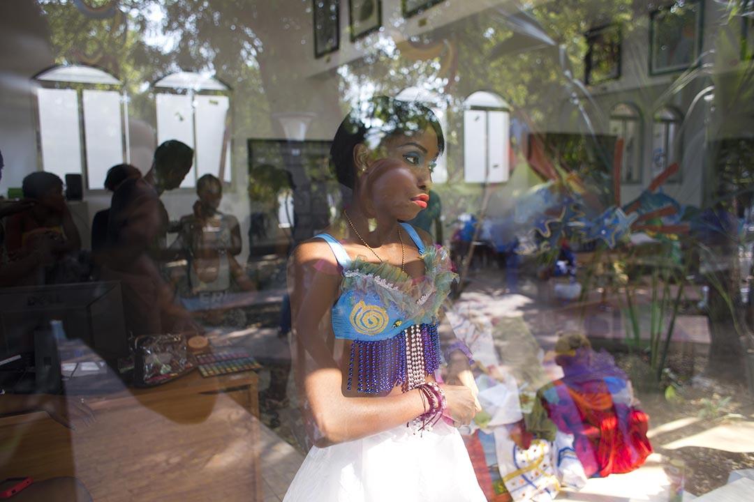 在海地太子港,表演者正在準備著。攝:Dieu Nalio Chery/AP Photo