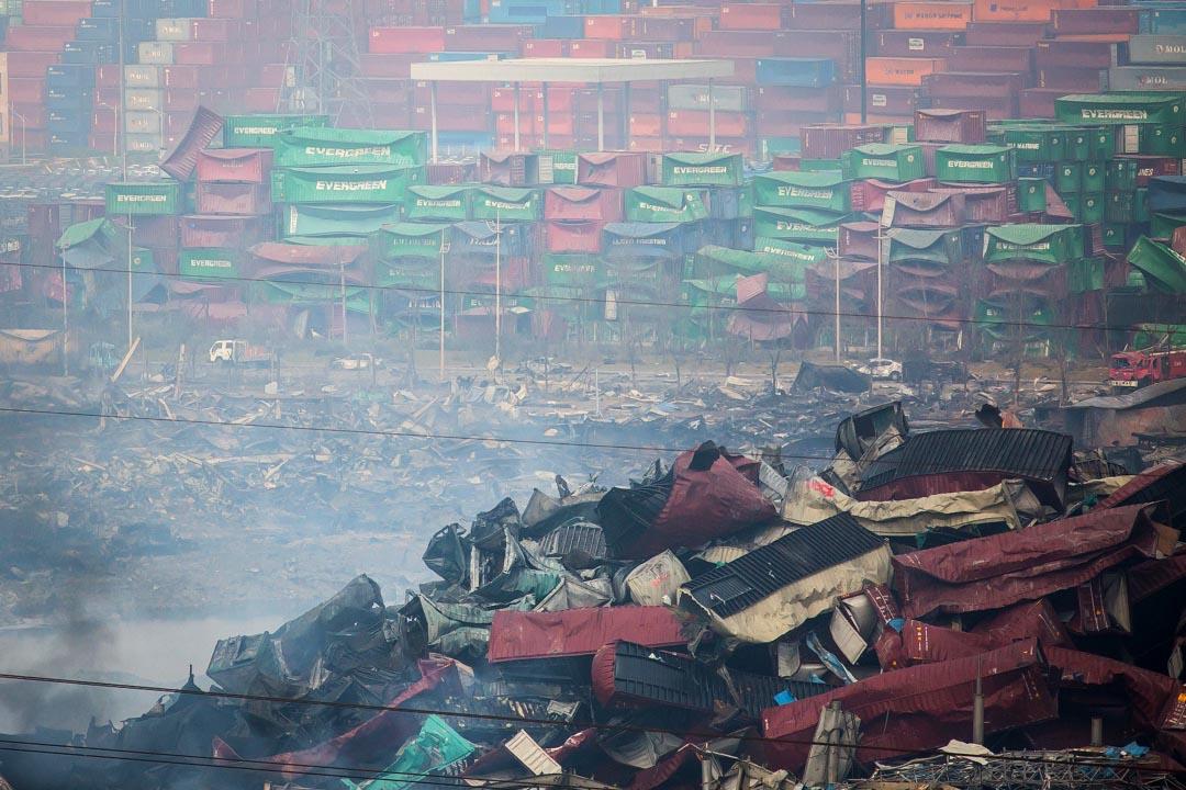 自8月12日發生大爆炸後,官方關於天津環境污染狀況的信息一直讓人懷疑。圖為發生爆炸的危險品倉庫。攝:Billy H.C. Kwok/端傳媒