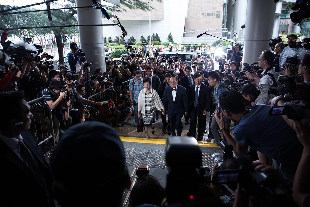 2015年10月5日,曾蔭權在妻子陪同和警方要員保護組保護下,抵達東區裁判法院。攝:盧翊銘/端傳媒