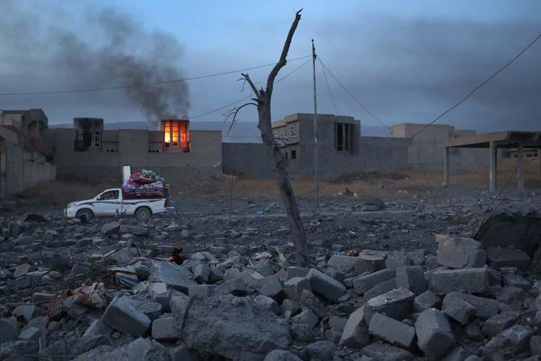 2015年11月15日,伊拉克,美國為首的聯軍對ISIL進行空襲,有平民帶同行李逃離家園。攝: John Moore/Getty