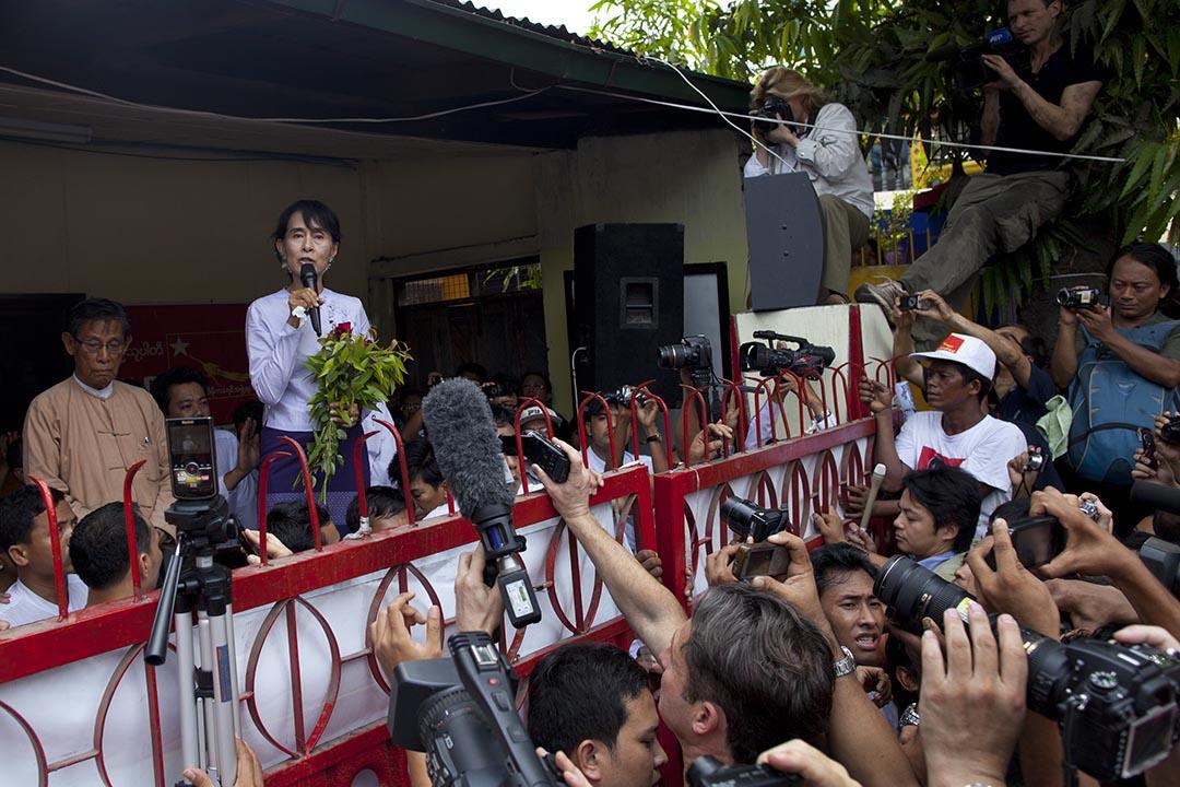 2012年4月2日,緬甸仰光,昂山素姬當選為議員後在全國民主聯盟總部發表講話。攝:Paula Bronstein/GETTY