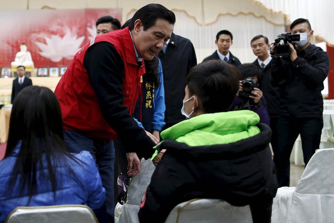 2016年2月8日,台南,總統馬英九在台南的罹難者追思會上慰問死難者家屬。攝:Tyrone Siu/REUTERS