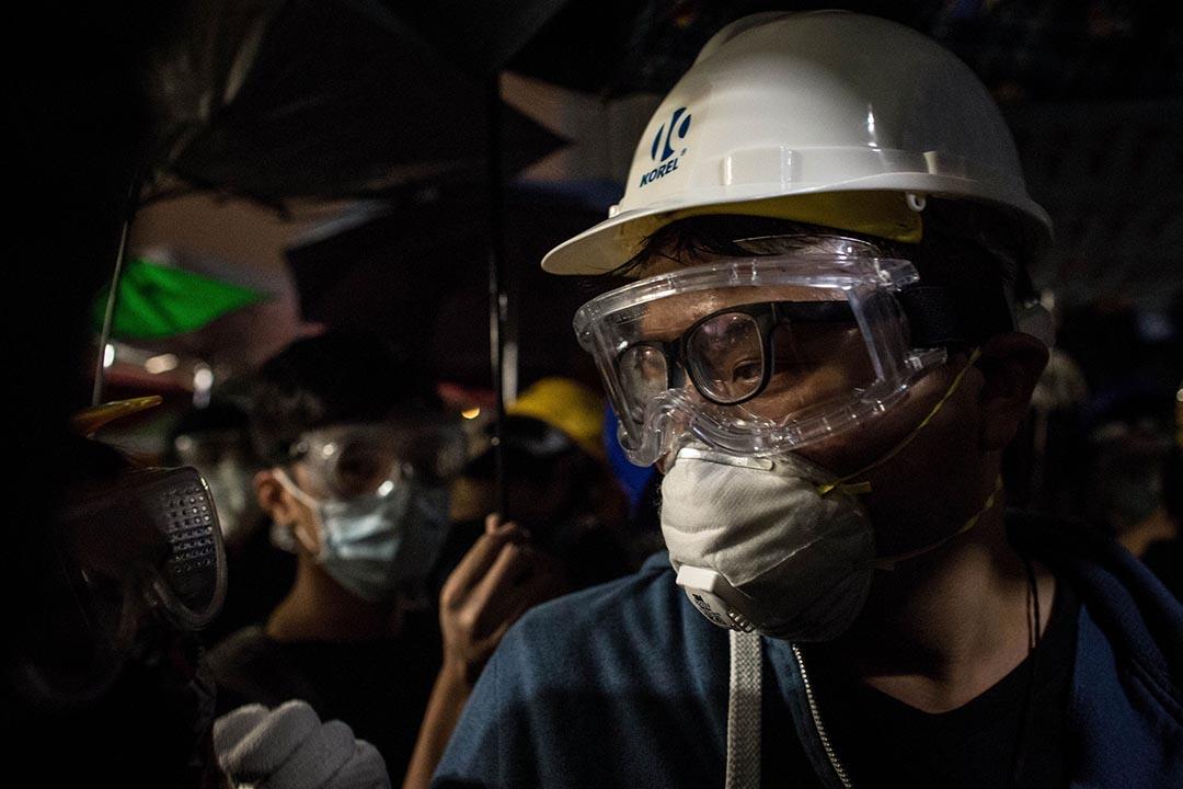 2014年11月19 日,金鐘佔領區,示威者戴上防護裝備與警察對峙。 攝:Chris McGrath/GETTY
