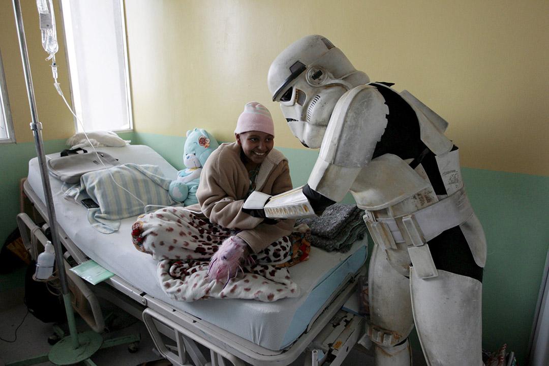 2015年12月14日,薩爾瓦多,打扮成電影《星球大戰》角色的工作人員探訪醫院患病的小童。攝:Alkis Konstantinidis/REUTERS