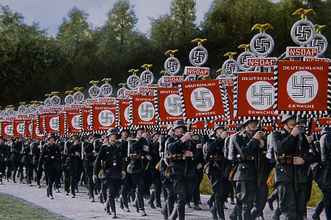 1933年,納粹黨旗手在紐倫堡遊行。攝: The Art Archive / John Meek