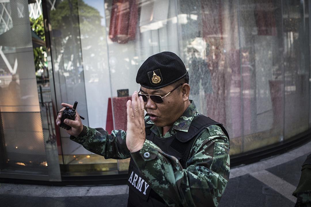 現場有店鋪的玻璃被震碎,警察驅傘人群。