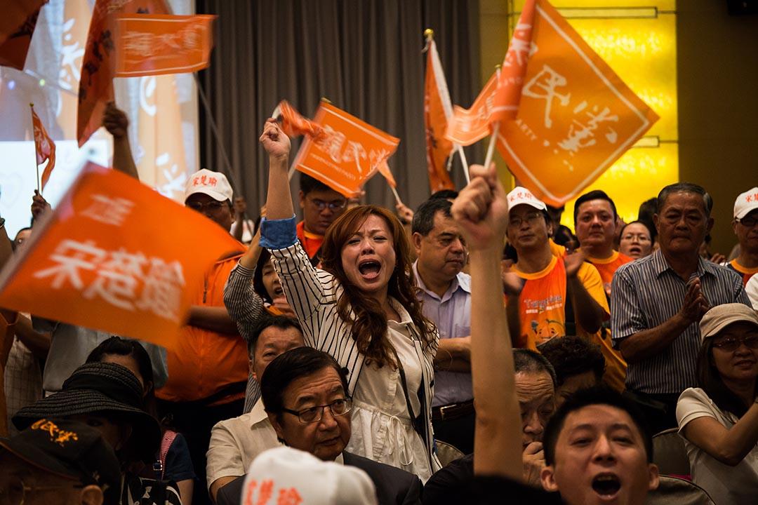 親民黨主席宋楚瑜舉行記者會,宣布參選2016總統大選,支持者於場內聚集。攝: Billy H.C. Kwok/端傳媒