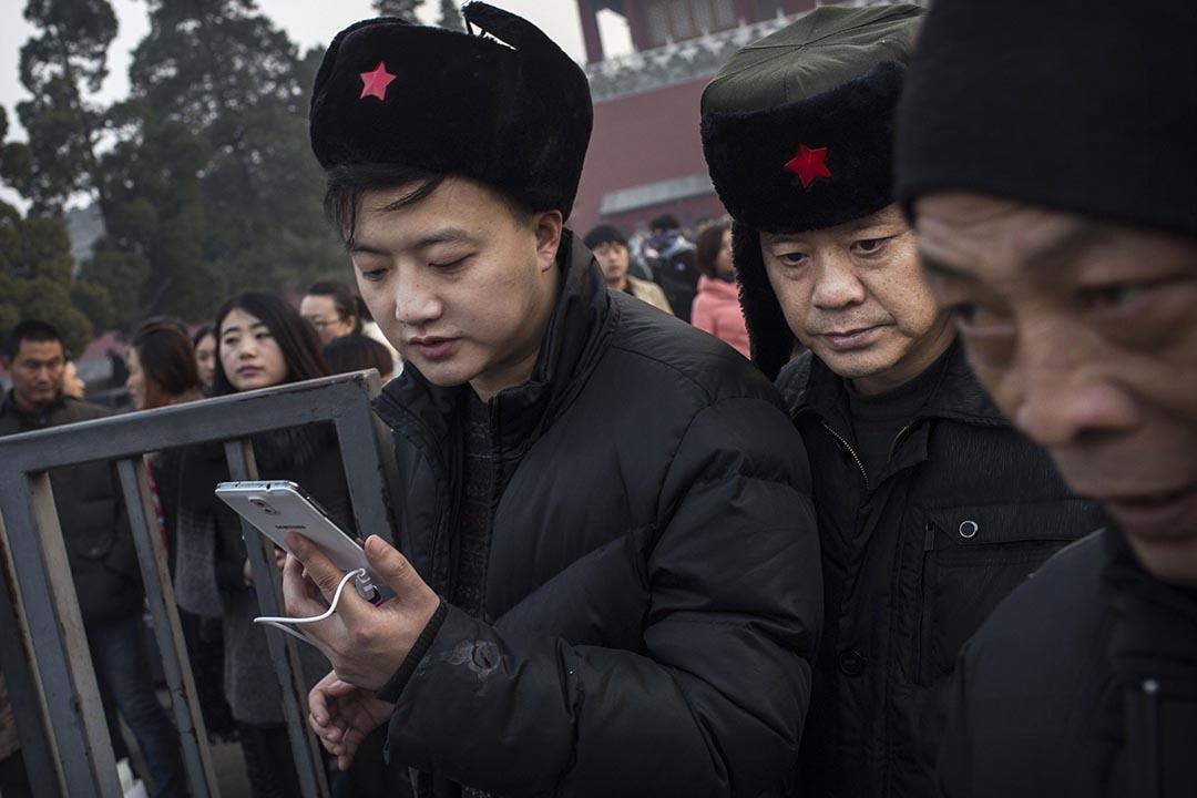 一名中國男子在北京使用智能電話。攝:Kevin Frayer/Getty