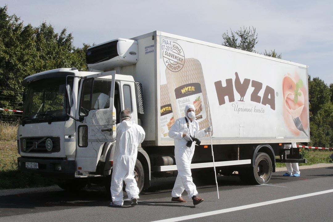 奧地利警方在高速公路一輛貨車前調查,早前在貨車上發現超過五十具屍體,相信是偷渡的難民因為貨車沒有通風系統而焗死,當中包括多名兒童。攝: Heinz-Peter Bader/REUTERS