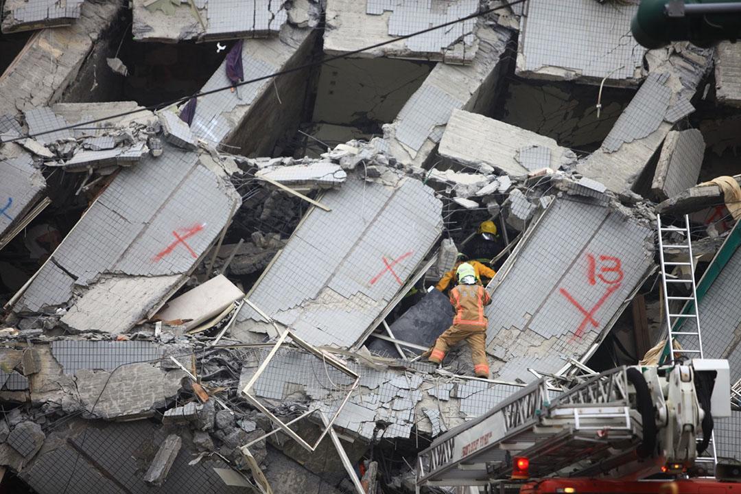 早上11時半,救援人員在台南永大台一棟倒塌的樓房內拯救被埋的傷者。攝 : 曾信耀/端傳媒